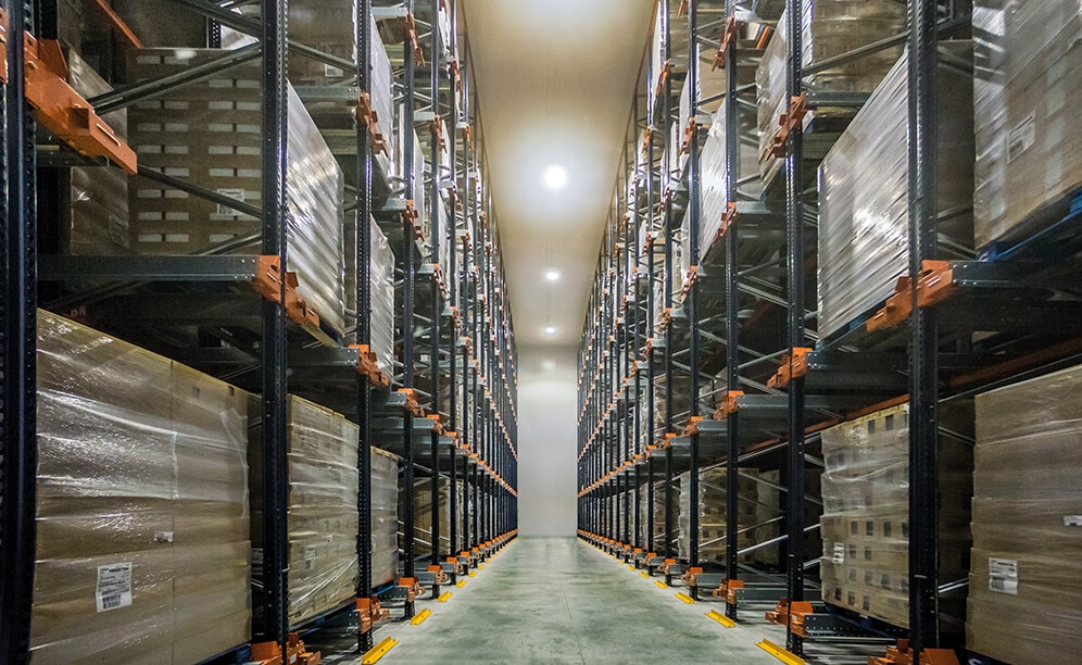 Mecalux has equipped the frozen storage chambers with two different storage systems: drive-in pallet racks and the Pallet Shuttle system