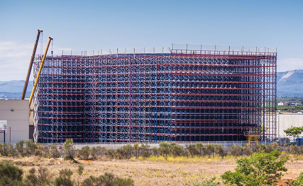 Automated clad-rack warehouse of Laboratorios Maverick
