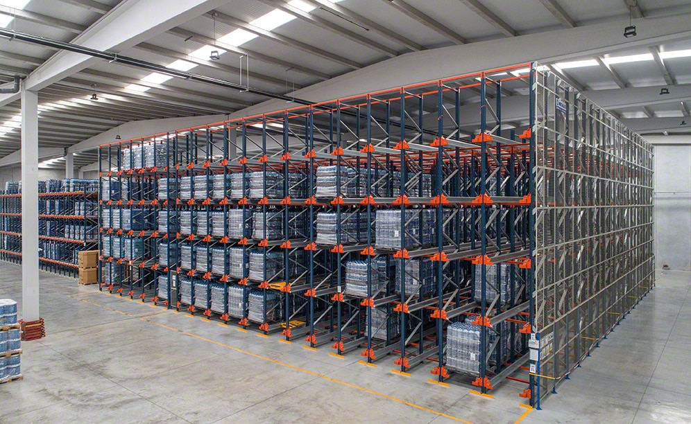 Warehouse of 4,600 pallets with the bottled water of Manantiales del Portell