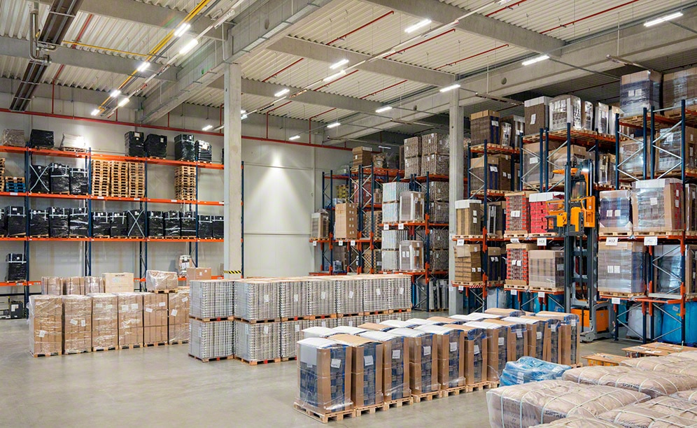 Pallet racks adapt to the distinct unit loads that KMC-Services operates with