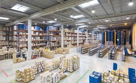 The installation supplied by Mecalux consists of an automated miniload warehouse, pallet racking and racks with put-to-light devices