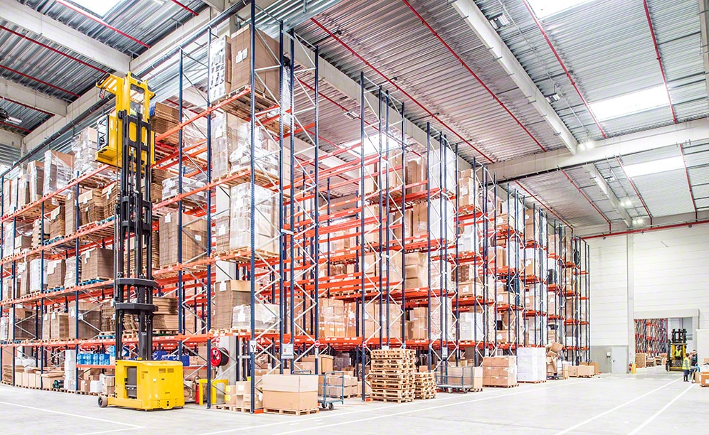 Pallet racks with picking levels facilitate the just-in-time production method of the chief French lamp manufacturer