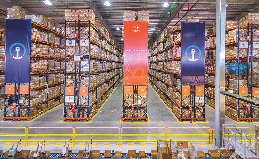 Mecalux has supplied Natura Cosméticos with 8 m high pallet racks where more than 18,000 pallet are stored
