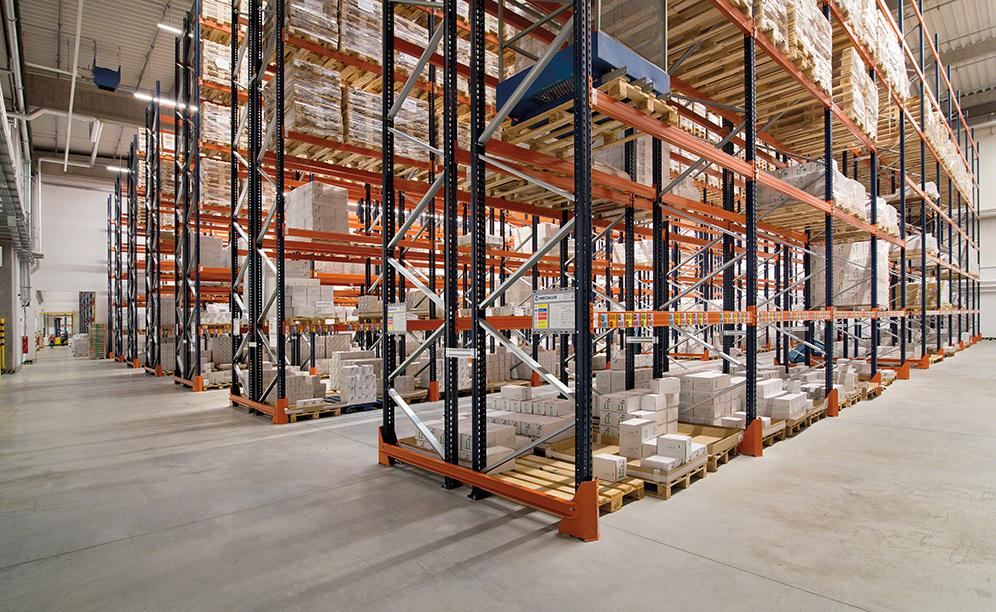 Mecalux has installed standard pallet racking, which offers direct access to the goods and has a storage capacity of 10,906 pallets