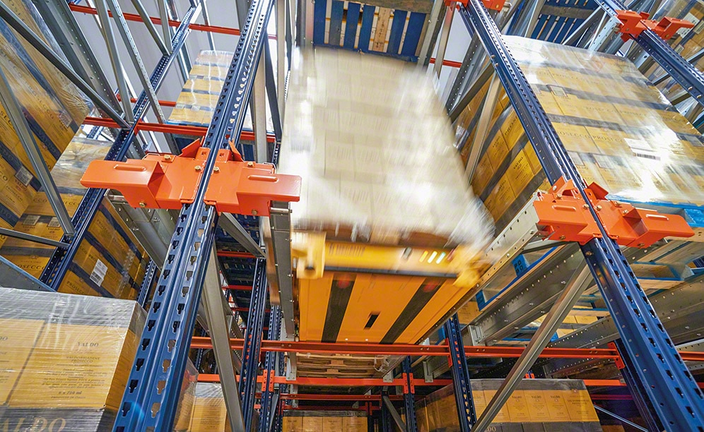 Semi-automatic Pallet Shuttle in warehouse of  logistics provider Logistic Net
