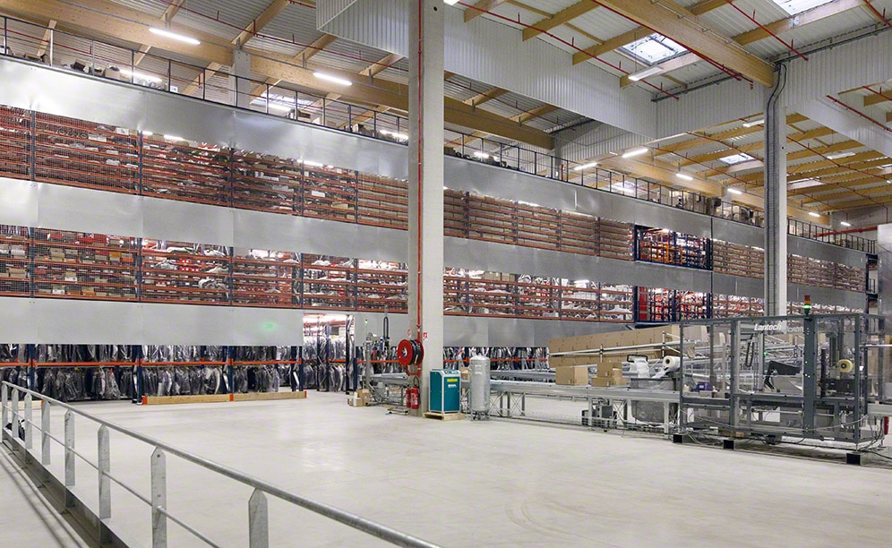Mecalux has supplied four levels of high-rise racks with walkways for Motoblouz.com