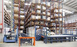 The installation at Industrias Cosmic consists of an automated warehouse with live channels and a picking station at the front, plus a conventional pallet racking warehouse