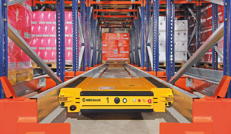 Pallet Shuttle moving along the inside of a storage channel - Mecalux® metal shelves