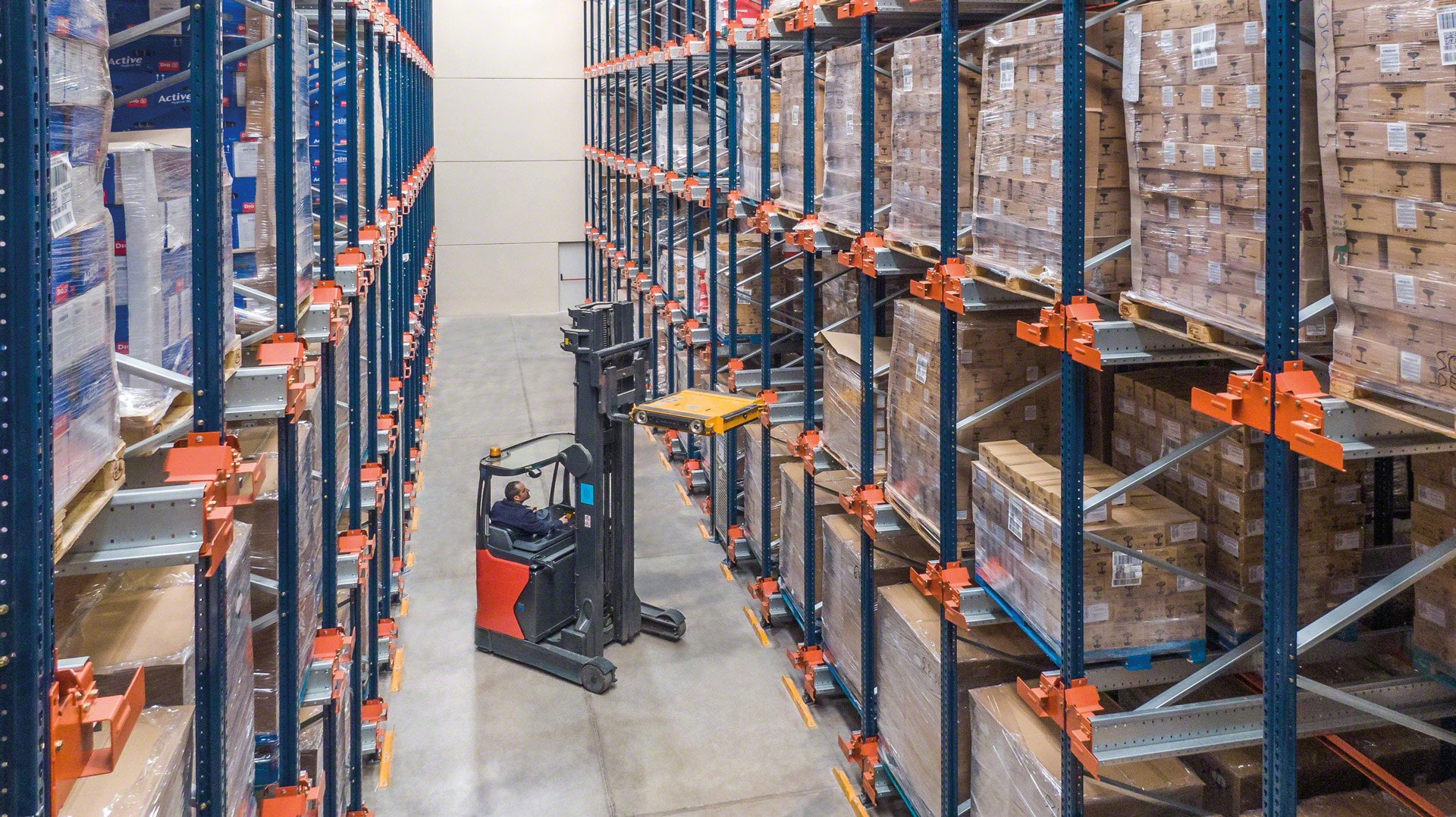 Forklift trucks place the shuttle in the storage channel to store or extract the goods in high-density systems