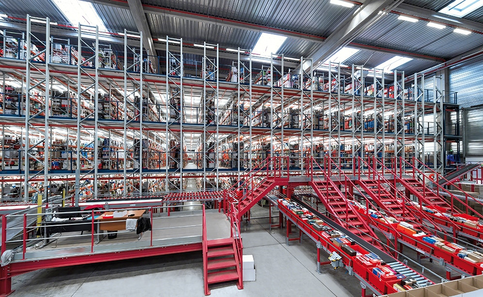 Spartoo has built a huge picking installation with conveyors to handle 10,000 orders per day