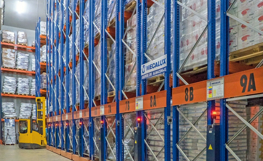 Bajofrío's logistics centre, capable of storing 6,000 pallets, has been divided into two identical 1,000 m² cold storage areas, which are kept at a temperature of -25 °C