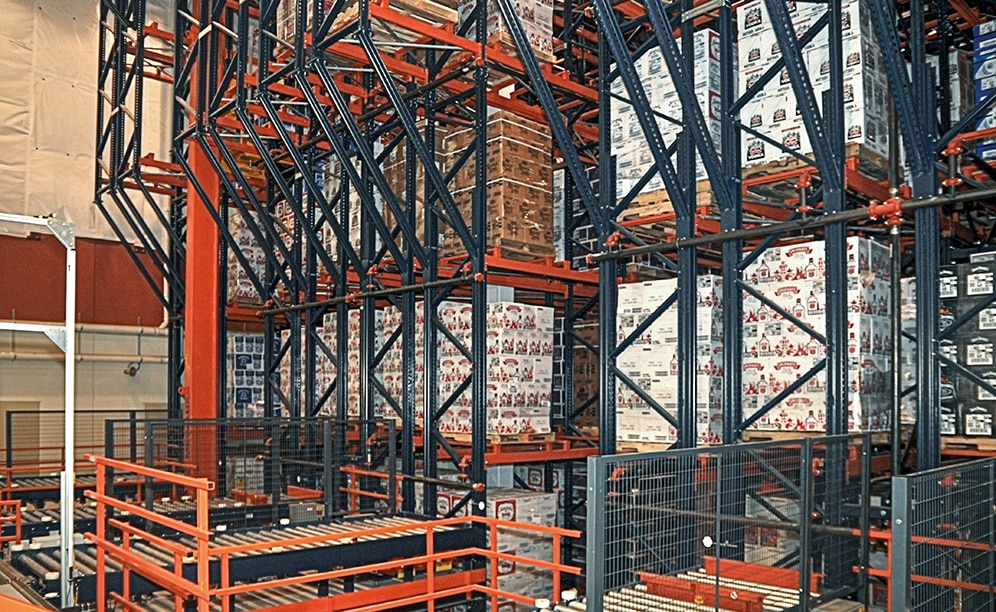 The ISLD team decided to improve their storage capacity for palletized products by building upwards instead of expanding outward, installing the Interlake Mecalux automated pallet racking