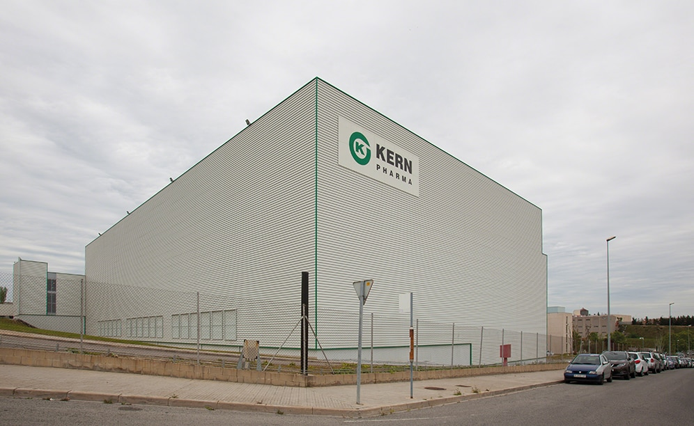 The pharmaceutical laboratory Kern Pharma builds a clad-rack warehouse that combines stacker cranes for boxes and for pallets