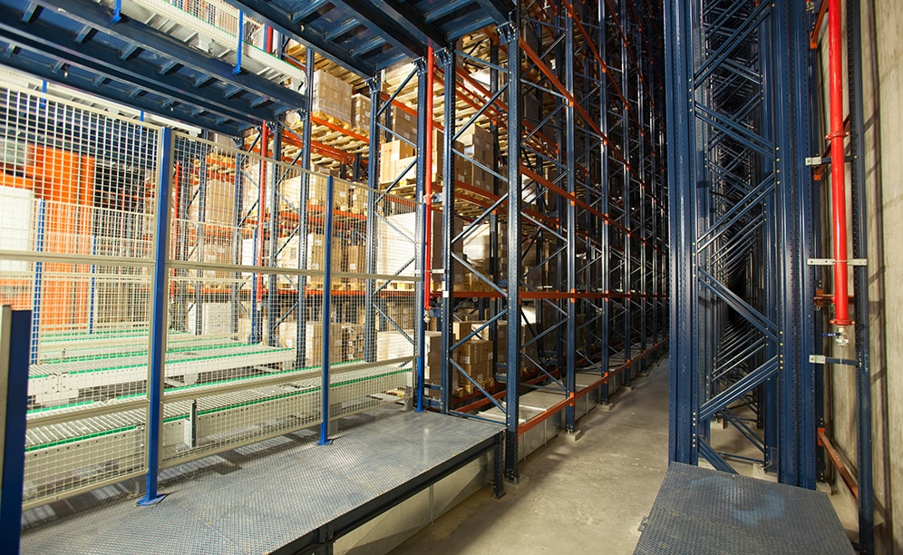 It consists of five aisles with single-depth racking on both sides with a deposit capacity of more than 10,000 pallets